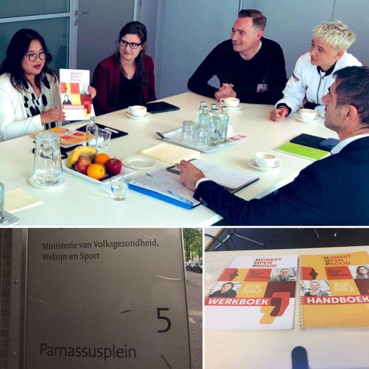 Paul Blokhuis - uitleg HOP training - met logo VWS en cursusmateriaal